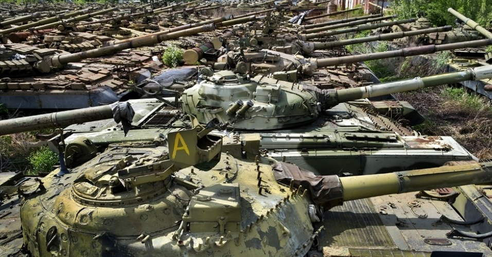 7.mar.2014 - Tanques militares estão abandonados na cidade de Kharkov, na parte ocidental da Ucrânia, em um 'cemitério' de equipamentos do exército. Depois de um amigo lhe contar sobre o estranho cemitério soviético, o fotógrafo Pavel Itkin, de apenas 18 anos, passou meses tentando encontrá-lo para fazer registros do local