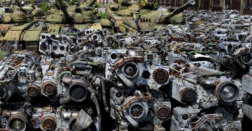 7.mar.2014 -Tanques militares e motores estão abandonados na cidade de Kharkov, na parte ocidental da Ucrânia, em um 'cemitério' de equipamentos do exército. Depois de um amigo lhe contar sobre o estranho cemitério soviético, o fotógrafo Pavel Itkin, de apenas 18 anos, passou meses tentando encontrá-lo para fazer registros do local