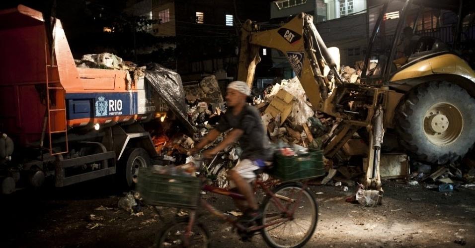 8.mar.2014 - Na comunidade de Rio das Pedras, em Jacarepaguá, zona oeste da cidade, a coleta de lixo está prejudicada, e sacolas com restos de comida, papéis e embalagens tomam conta das ruas da favela
