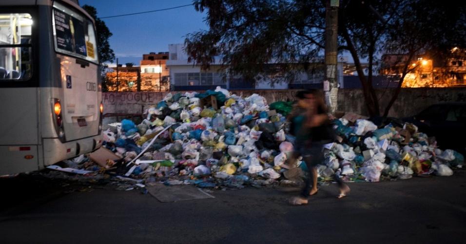 8.mar.2014 - Em Rio das Pedras, zona oeste do Rio de Janeiro, o lixo se amontoa nas ruas da comunidade carioca. A greve dos garis chegou ao oitavo dia neste sábado (8)