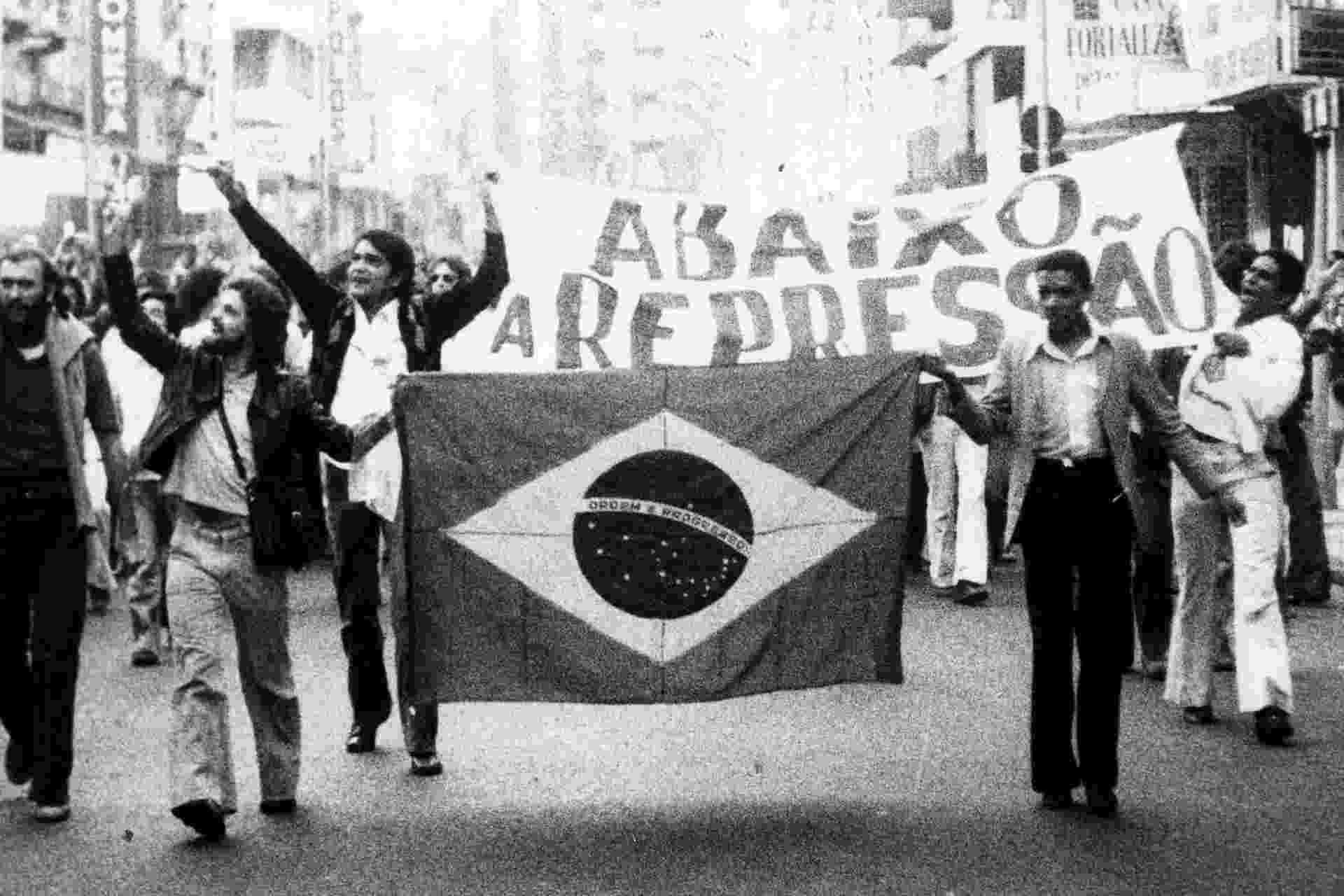 Manifestação estudantil na rua 25 de Março em 1977 - Folhapress