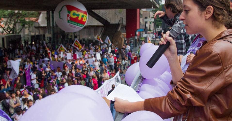 8.mar.2013 - Manifestantes protestam na avenida Paulista em São Paulo (SP) contra o machismo, a homofobia e a exploração da mulher neste sábado (8). O ato faz parte da celebração do Dia Internacional da Mulher