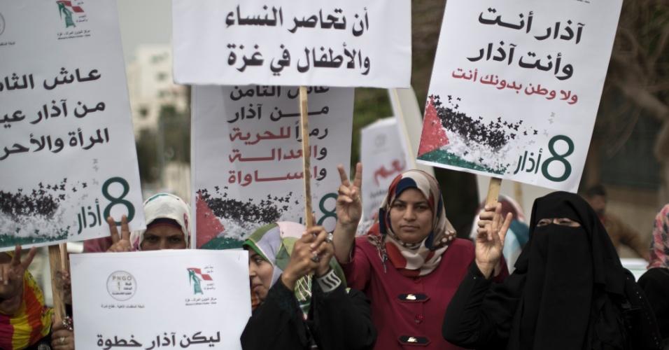 8.mar.2014 -Mulheres palestinas participam de marcha em comemoração ao Dia Internacional das Mulheres, na faixa de Gaza, neste sábado (8)