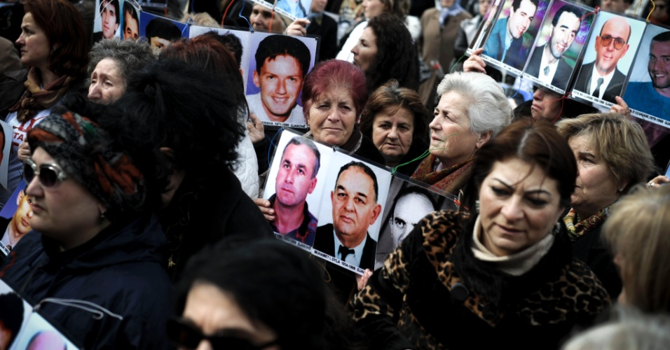 8.mar.2014 - Albanesas mostram fotos de seus parentes que desapareceram desde o fim do conflito no Kosovo durante um protesto como parte do Dia Internacional da Mulher em Pristina, capital do país. Cerca de 1.800 pessoas, a maioria albanesa, permanecem desaparecidas desde o fim do conflito no Kosovo em 1999