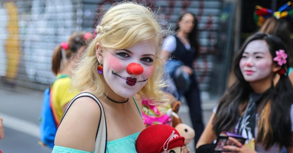 8.mar.2014 - Artistas de rua fazem performance para comemorar o Dia Internacional da Mulher, na região da avenida Paulista, em São Paulo