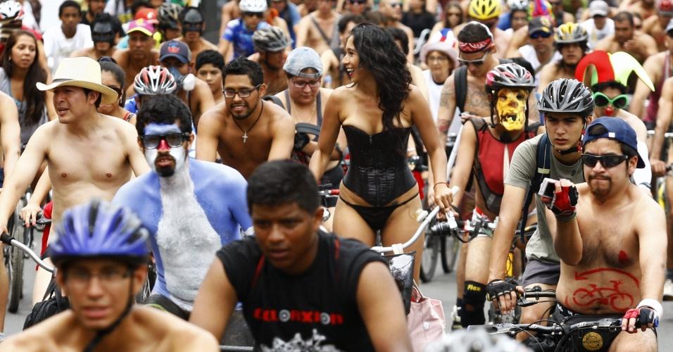 8.mar.2014 - Ciclistas realizam protesto sem roupa em Lima, Peru. Os manifestantes pedem mais segurança para circularem de bicicletas pela cidade