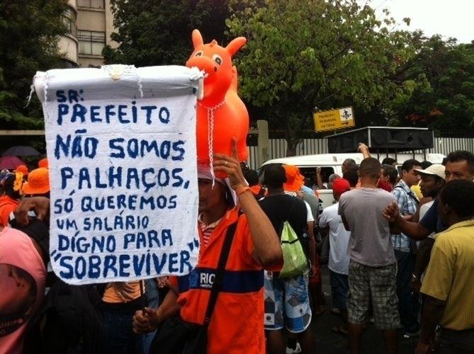 8.mar.2014 - Garis realizam manifestação neste sábado (8) no Rio de Janeiro. A categoria está paralisada desde o Carnaval. O ato já fez com que montanhas de lixo ficassem pelas vias da capital fluminense
