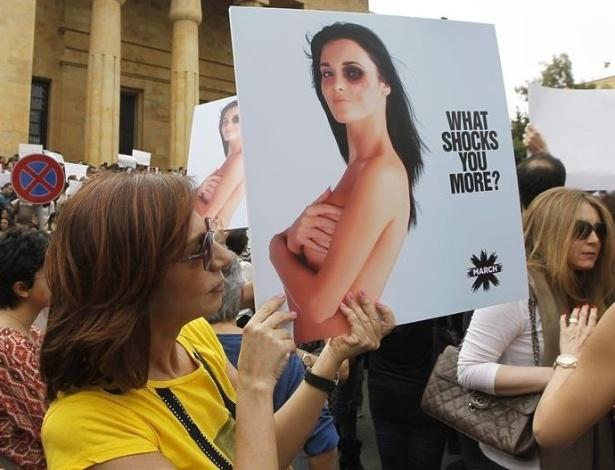 8.mar.2014 - Libanesa da ONG Sociedade Civil mostra cartaz durante manifestação no Dia Internacional da Mulher, próximo ao Museu Nacional do Palácio da Justiça, em Beirute. Milhares de mulheres marcharam nas ruas gritando palavras de ordem e exigindo uma lei para protegê-las contra a violência doméstica