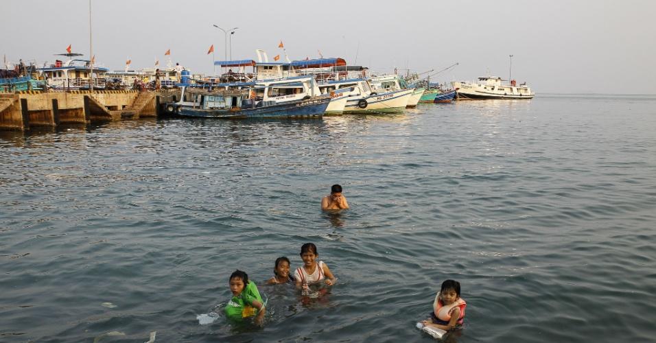 8.mar.2014 - Moradores nadam perto de um cais na ilha de Phu Quoc, águas do sul do Vietnã, um dos locais onde pode ter caído o avião da Malaysian Airlines. O Vietnã afirmou que aviões de busca avistaram manchas de óleo na região. Uma aeronave, que transportava 239 pessoas, desapareceu