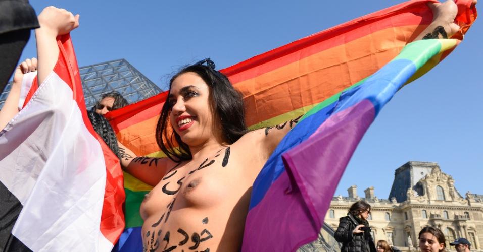 8.mar.2014 - Mulher arabe e muçulmana protesta exibindo os seios na frente da pirâmide do Louvre, em Paris. Sua intenção é denunciar a opressão das mulheres em países muçulmanos aproveitando o Dia Internacional da Mulher