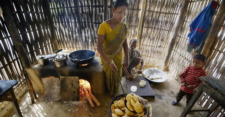 8.mar.2014 - Mulher indiana trabalha cozinhando em um mercado de Boko, a cerca de 100 km da cidade de Guwahati, na Índia no Dia Internacional da Mulher, data que celebra as conquistas econômicas, políticas e sociais das mulheres no passado, presente e futuro