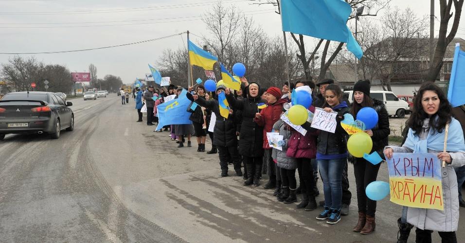 8.mar.2014 - Mulheres e crianças celebram o Dia Internacional das Mulheres em Simferopol, na Crimeia, neste sábado (8). Elas seguraram bandeiras ucranianas e fizeram um protesto anti-guerra. Após confrontos derrubarem o presidente ucraniano Viktor Yanukovich, a Rússia ameaça intervir militarmente no país