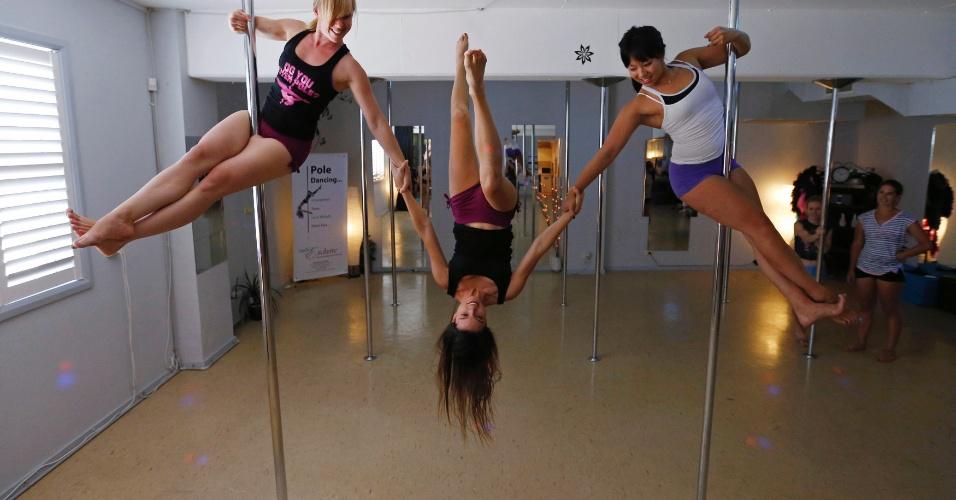 8.mar.2014 - Mulheres praticam pole dancing em academia para uma apresentação em homenagem ao Dia Internacional da Mulher, em Sydney, Austrália. O objetivo do evento é arrecadar dinheiro para uma campanha para diminuir a violência contra as mulheres