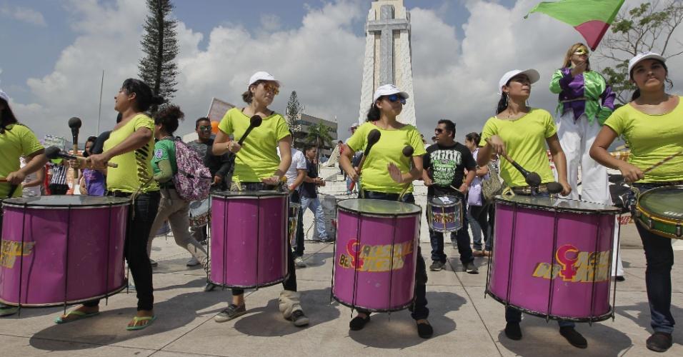 8.mar.2014 - Mulheres salvadorenhas participam de manifestação como parte da celebração do Dia Internacional da Mulher, em San Salvador, onde exigiram que o governo dê melhores mecanismos para combater a violência de gênero e para gerar empregos decentes