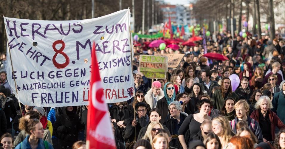 """8.mar.2014 - Mulheres tomam parte em uma manifestação no dia Internacional da Mulher, em Berlim, na Alemanha. A marcha realizou-se sob o lema """"ainda amando o feminismo"""""""