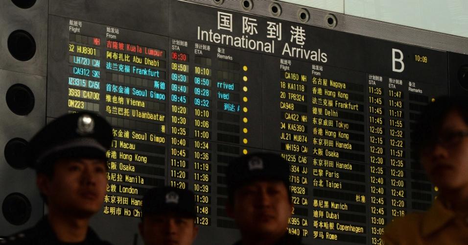 8.mar.2014 - Painel no Aeroporto Internacional de Pequim mostra, em vermelho, o voo MH370, da Malaysia Airlines, que leva 239 pessoas e perdeu contato com o controle terrestre