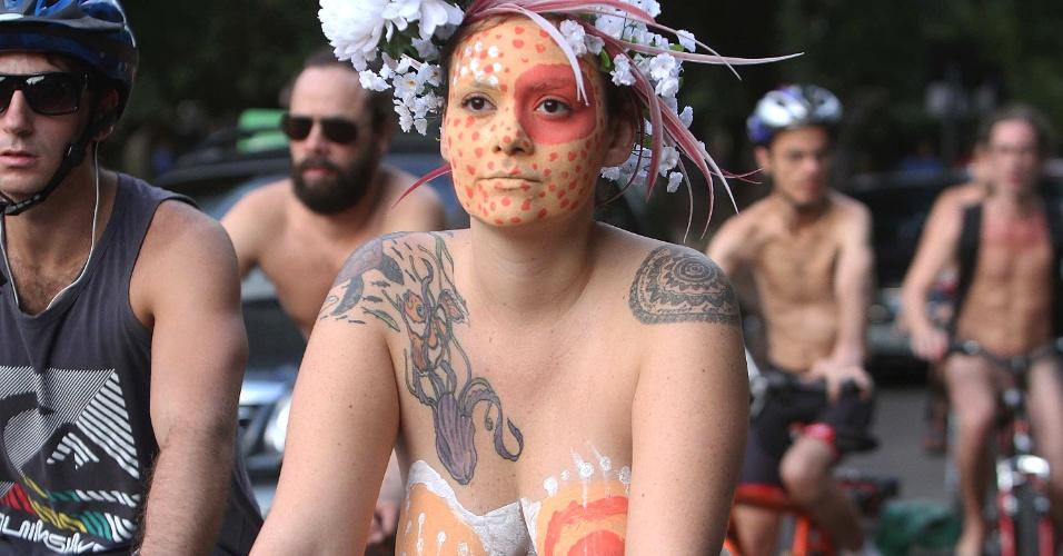 8.mar.2014 - Pedalada Pelada é a edição brasileira do World Naked Bike Ride que ocorreu em Porto Alegre (RS), neste sábado (8). O evento ainda é realizado também nas cidades de São Paulo e Florianópolis. A Pedalada Pelada surgiu para evidenciar a fragilidade dos ciclistas nas grandes cidades e chamar a atenção da sociedade para a importância das bikes