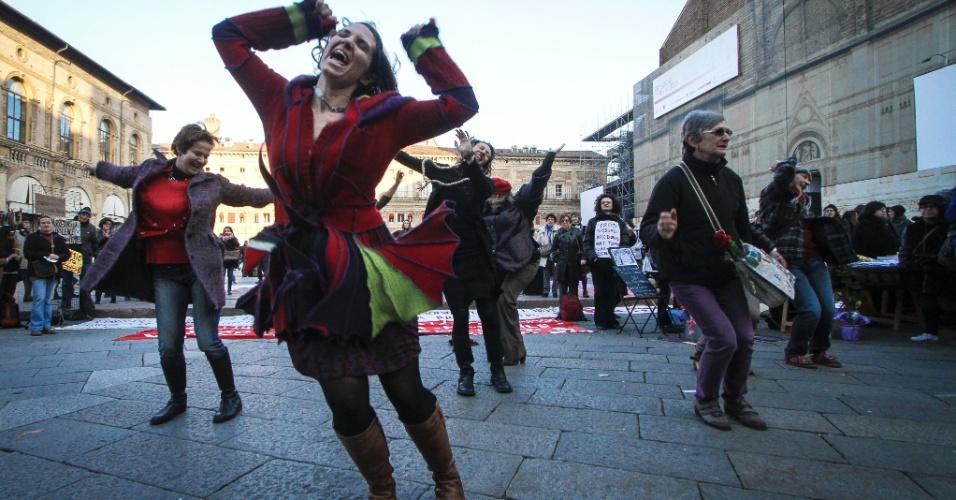 """8.mar.2014 - Pessoas realizam neste sábado um """"flash mob"""" na praça Maggiorno, na cidade de Bologna, na Itália, em comemoração ao Dia internacional da Mulher"""