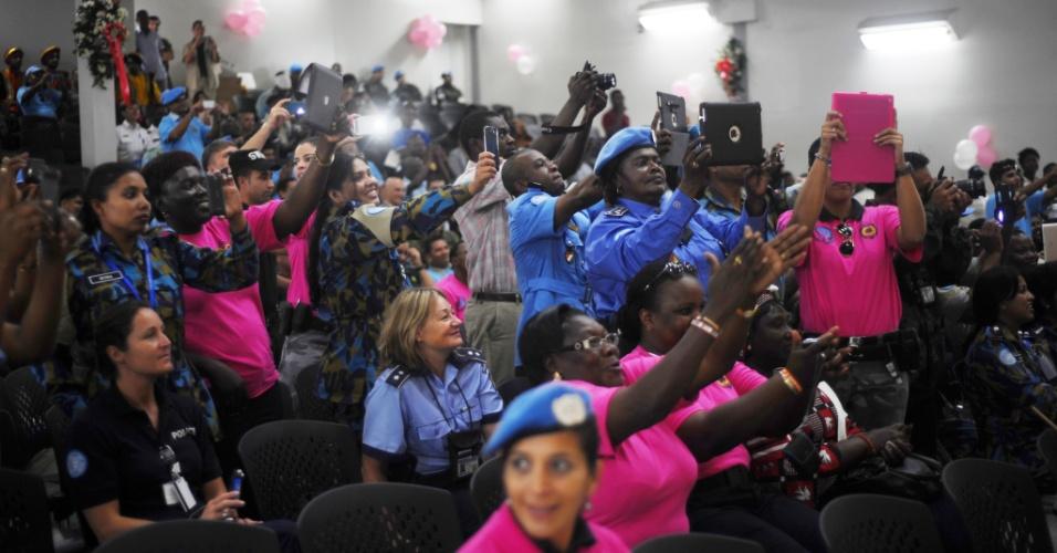 8.mar.2014 - Policiais da Minustah (Missão das Nações Unidas para a estabilização no Haiti) tiram fotos de uma festa para comemorar o Dia Internacional da Mulher pelas policiais femininas da Polícia Nacional do Haiti (PNH) em Porto Princípe