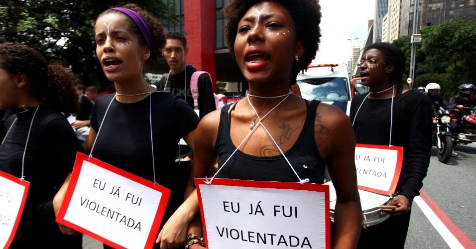 8.mar.2014 - Protesto marca o Dia Internacional da Mulher, na Avenida Paulista, em São Paulo (SP). As mulheres protestam contra a violência, pela igualdade, liberdade e por mais direitos