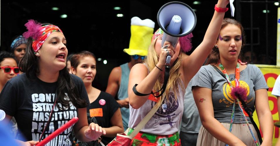 8.mar.2014 - Protesto marca o Dia Internacional da Mulher pelas ruas da cidade do Rio de Janeiro. A manifestação é uma oportunidade das mulheres protestarem contra a violência, pela igualdade, liberdade e por mais direitos. A concentração começou na região do bairro da Lapa