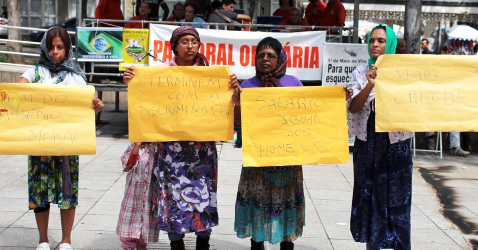 8.mar.2014 - Representantes da Pastoral da Mulher e do Fórum de Mulheres fazem um ato pelo Dia Internacional da Mulher, na cidade de São Bernardo do Campo (SP)