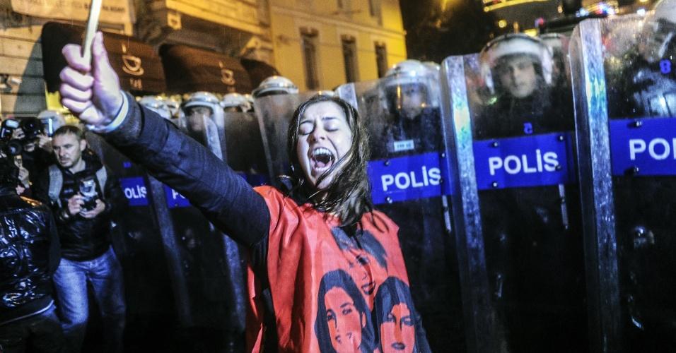 8.mar.2014 - Turca grita em frente a uma barricada antimotim formada por policiais. Como ela, outros manifestantes marcham em direção à Praça Taksim, para protestar no Dia Internacional da Mulher, em Istambul