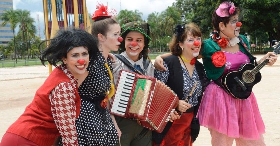 8.mar.2014 - Um grupo de palhaças animou as crianças que foram ao Parque da Cidade, em Brasília, com brincadeiras e músicas. O evento faz parte da Temporada de Palhaças no Mês da Mulher (TPMs), que ocorre todos os anos para comemorar o Dia Internacional da Mulher