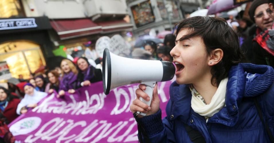 Mulher grita em megafone durante protesto neste sábado (8) em Istambul, na Turquia. A manifestação ocorre em virtude do Dia Internacional da Mulher