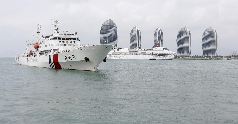9.mar.2014 - Imagem mostra o navio chinês Haixun-31 deixando o porto para reiniciar as buscas pelo avião da Malaysia Airlines, que desapareceu