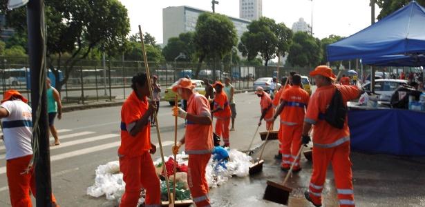 Garis voltam a trabalhar na avenida Presidente Vargas, no domingo (9), depois do fim da greve - Gabriel de Paiva / Agência O Globo