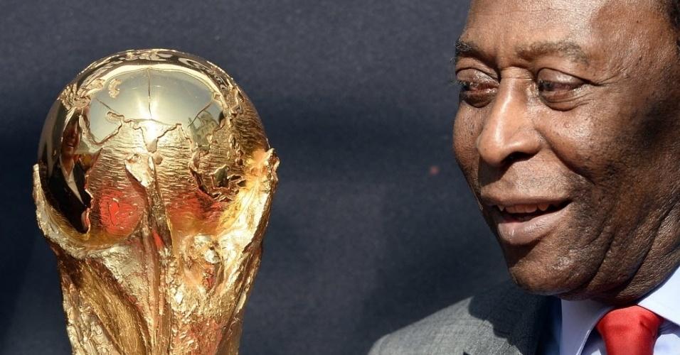 O troféu da Copa do Mundo chegou a Paris com seu embaixador, Pelé, lenda do futebol brasileiro. Na imagem, o ex-jogador olha para o troféu durante evento da FIFA realizado neste domingo (9), em frente ao Hotel de Ville, que abriga a administração da prefeitura, na capital francesa. O troféu será exibido na praça do Hotel de Ville até segunda-feira (10). Este evento deu início às festividades da Copa do Mundo da FIFA 2014, que será realizada no Brasil entre 12 de junho e 13 de julho de 2014