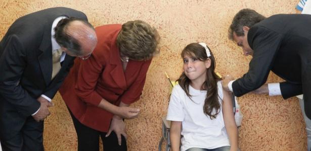 Ministro da Saúde vacina menina enquanto é observado pela presidente Dilma e pelo governador de SP - Murillo Constantino/Agência O Dia/Estadão Conteúdo