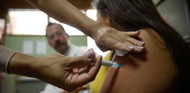 Alunas do Centro de Ensino Fundamental 25, em Ceilândia, no Distrito Federal, são vacinadas contra o HPV - Marcelo Camargo/Agência Brasil