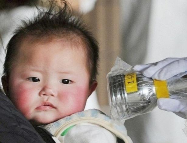 Bebê passa por exame para verificar níveis de radiação em Fukushima em 2014, três anos depois do acidente em usina nuclear