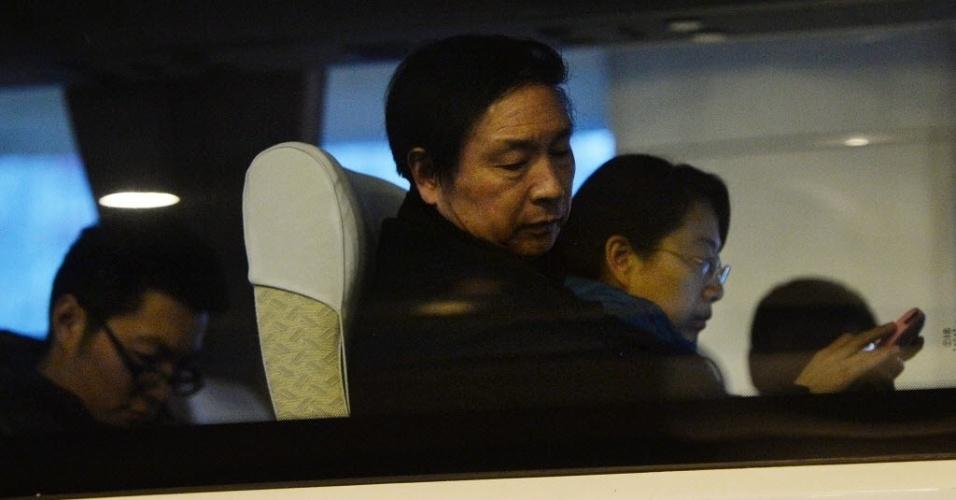 10.mar.2014 - Familiares de passageiros do voo MH370, da Malaysia Airlines, aguardam notícias do avião desaparecido no último sábado (8), em ônibus estacionado em frente a hotel em Pequim, na China. Das 239 pessoas a bordo, 154 eram de nacionalidade chinesa, segundo informou o porta-voz do Ministério das Relações Exteriores chinês, Qin Gang, em entrevista coletiva