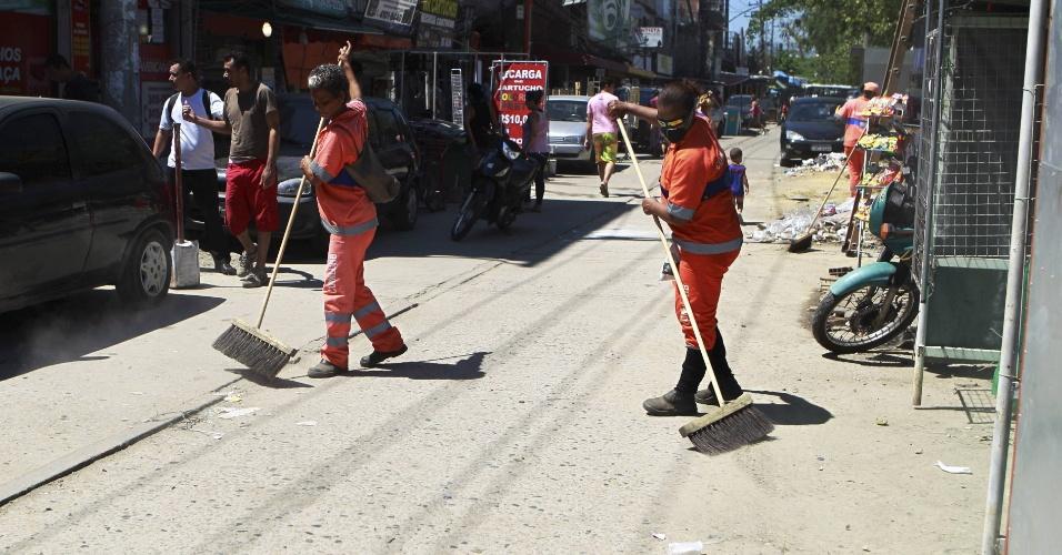 10.mar.2014 - Garis realizam limpeza em Rio das Pedras, na zona oeste do Rio de Janeiro. Na noite de sábado (8), os garis da cidade decidiram terminar a greve da categoria, que já durava oito dias