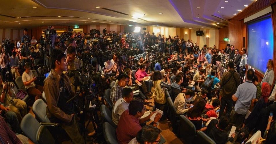 10.mar.2014 - Jornalistas se reúnem para entrevista coletiva organizada pelo Departamento de Aviação Civil da Malásia, em Kuala Lumpur. O diretor do departamento, Azharuddin Abdul Rahman, declarou que até o momento os objetos avistados no mar durante buscas não foram confirmados como sendo restos do avião da Malaysia Airlines que desapareceu no último sábado (8)