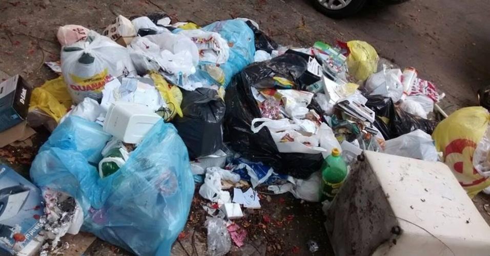 10.mar.2014 - Lixo continua espalhado na rua Caruaru, no Grajaú, zona norte do Rio de Janeiro. O fim da greve dos garis foi decidido após uma reunião dos grevistas com a prefeitura, quando foi definido um reajuste de 37% no salário base