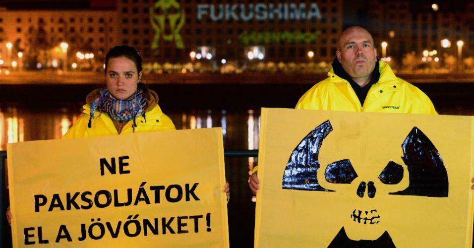 10.mar.2014 - Manifestantes do Greenpeace protestam em Budapeste na véspera do aniversário de três anos do desastre da usina nuclear de Fukushima