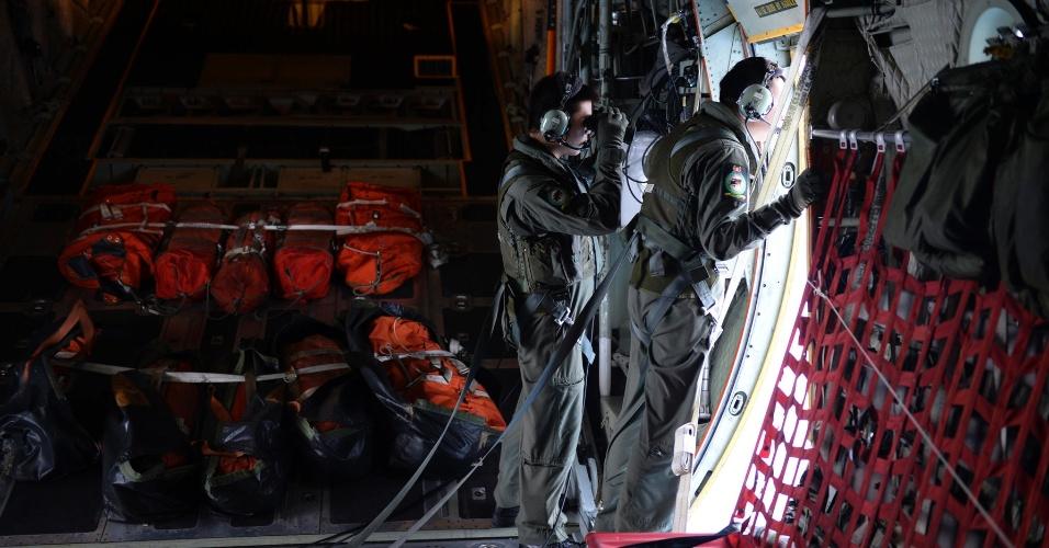 10.mar.2014 - Membros da Força Aérea de Cingapura fazem varredura dos mares, cerca de 140 milhas náuticas a nordeste de Kota Baru, na Malásia, para detectar sinais do avião da Malaysia Airlines que desapareceu no fim-de-semana. A Malásia disse que ainda não há vestígios de destroços do jato que desapareceu com 239 pessoas a bordo, prosseguindo com o mistério do sumiço do avião em pleno ar