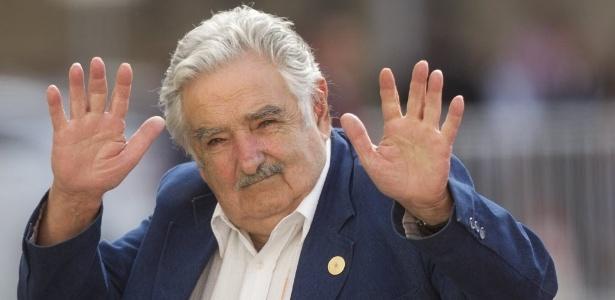 10.mar.2014 - O presidente do Uruguai, José Mujica, acena para a imprensa na sua chegada ao palácio presidencial La Moneda, em Santiago, no Chile