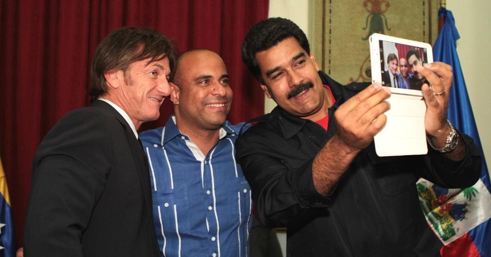 10.mar.2014 - O presidente venezuelano, Nicolás Maduro (d), tira foto com o ator americano Sean Penn (e) e o primeiro-ministro do Haiti, Laurent Lamothe, durante visita do grupo ao Palácio de Miraflores, em Caracas, capital da Venezuela