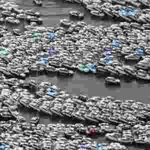 10.mar.2014 - O terremo seguido de tsunami deixou um rastro de destruição no nordeste do Japão. Nesta foto, os carros que estavam estacionados em um pátio ficaram empilhados na na cidade de Hitachinaka, em Ibaraki, no Japão. O último terremoto de grandes proporções registrado no Japão havia sido registrado em 1932, em Kanto, com 8,3 graus de magnitude, que matou 143 mil pessoas, segundo o USGS (Serviço Geológico dos Estados Unidos, sigla em inglês) - Jiji Pres/AFP
