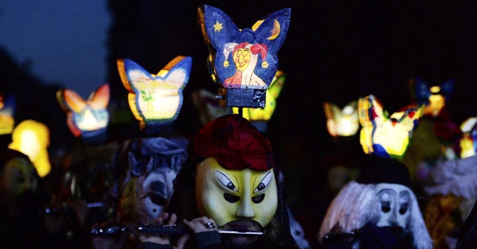10.mar.2014 - Participantes mascarados do desfile de carnaval de Morgestraich, na Suíça, tocam instrumentos em rua da cidade, nesta segunda-feira (10). A festa, tradicional, começa às 4h da manhã, local, e marca o começo do carnaval na região da Basiléia