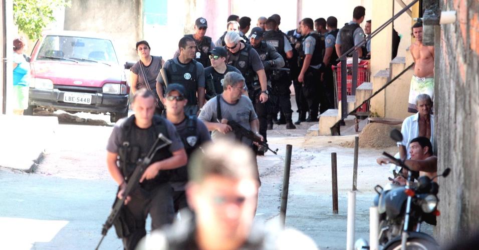 10.mar.2014 - Pelo menos sete pessoas foram presas em uma operação da Polícia Civil no complexo de favelas do Alemão, na zona norte do Rio de Janeiro