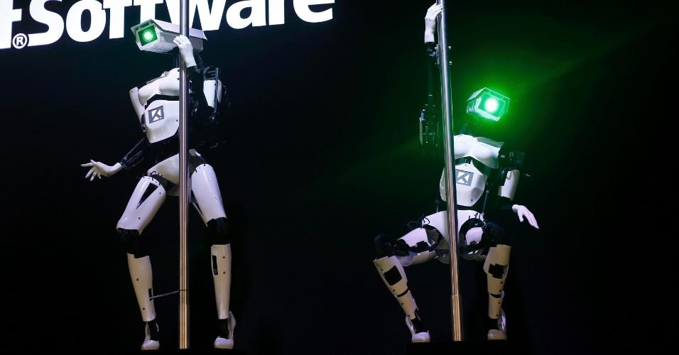 10.mar.2014- Robôs ''femininas'' Tessy (esq.) e Tess fazem uma demonstração de pole dance  durante a Cebit, feira alemã de tecnologia realizada anualmente em Hanover. A apresentação ocorreu no estande da Tobit Software, desenvolvedora de aplicativos