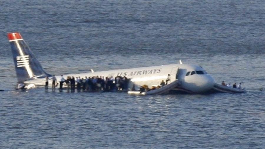 """15.jan.2009 - O piloto Chesley """"Sully"""" Sullenberg, da US Airways, teve de fazer um pouso forçado no rio Hudson, em Nova York, após o avião apresentar falha. Todos os 150 passageiros e cinco tripulantes foram resgatados com vida - Brendan McDermid/Reuters"""