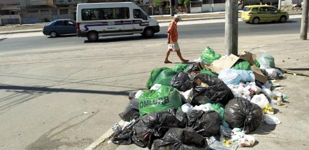 Lixo continua espalhado pelas rua do bairro da Penha, na zona norte do Rio, nesta segunda-feira (10) - Marcelo Piu/Agência O Globo