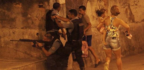 Um protesto terminou em confronto entre policiais e moradores do Complexo do Alemão - André Mourão/Agência O Dia/Estadão Conteúdo
